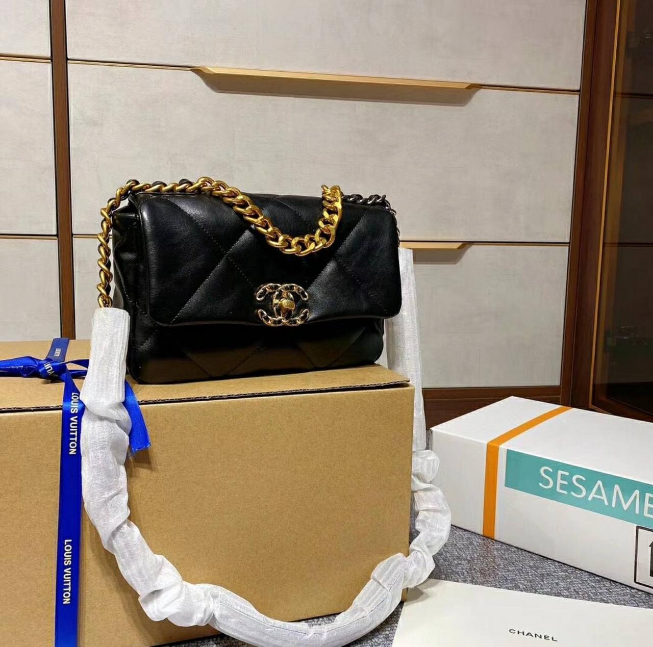 Черная стеганая сумка 19 LARGE FLAP BAG кожаная с серийным кодом