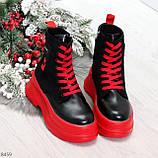 Яркие черные красные демисезонные женские ботинки декор цветная шнуровка, фото 2