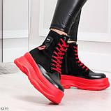 Яркие черные красные демисезонные женские ботинки декор цветная шнуровка, фото 3