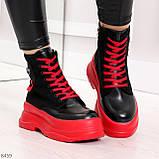 Яркие черные красные демисезонные женские ботинки декор цветная шнуровка, фото 9