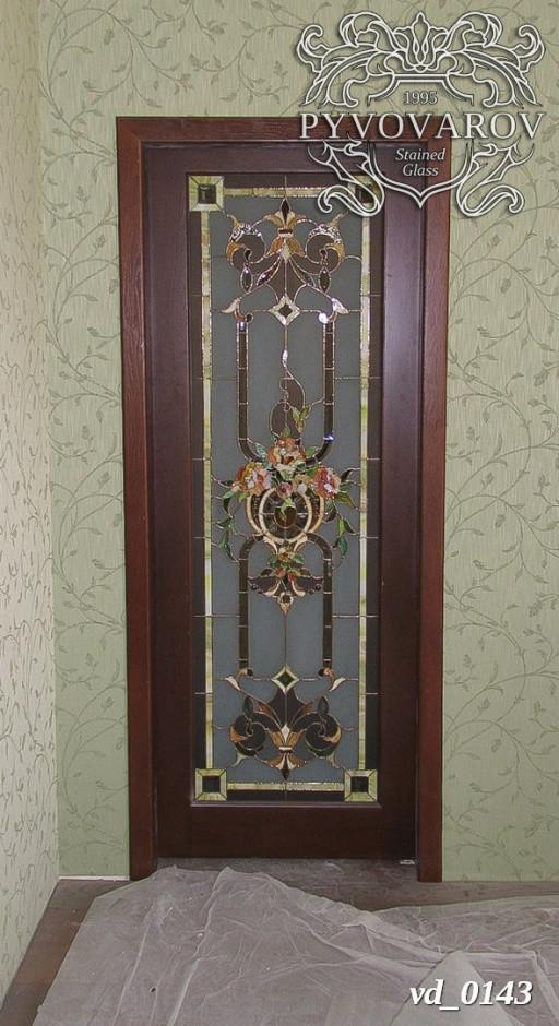 Витражные двери с вазой цветов