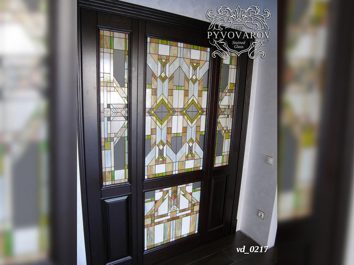 Готический витраж Тиффани в двери с порталом