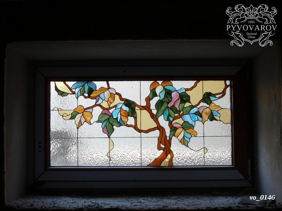 Витражи на окна в цоколе здания