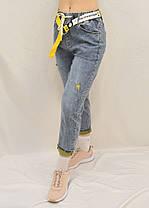 Джинсы МОМ с ярким ремнем  Женские стильные джинсы с потертостями Размер 25 - 30 (Голуой джинс, Красный пояс), фото 3