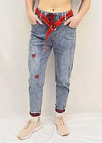Джинсы МОМ с ярким ремнем  Женские стильные джинсы с потертостями Размер 25 - 30 (Голуой джинс, Красный пояс), фото 2