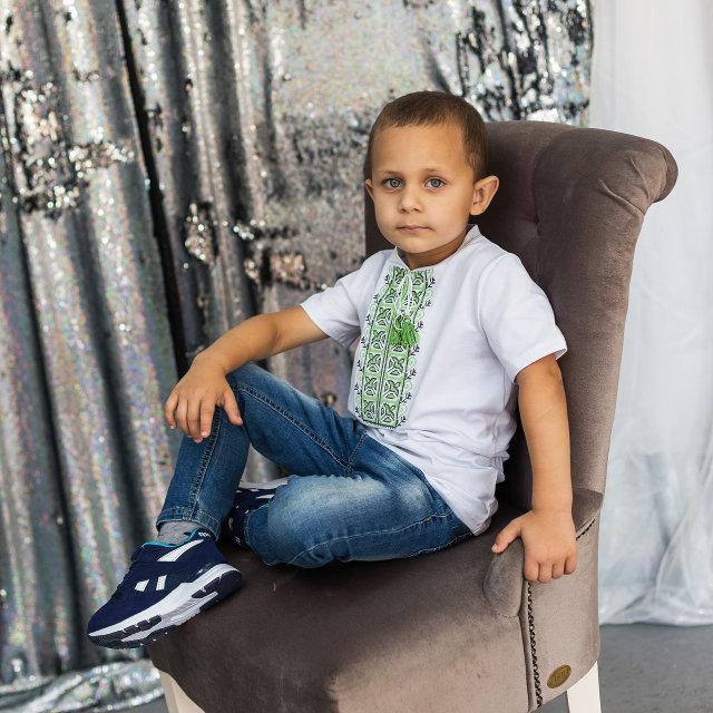 Модна вишиванка для хлопчика білого кольору із зеленим орнаментом «Дем'янчик »