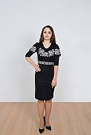 Деловое женское платье в черном цвете с оригинальной вышивкой на груди