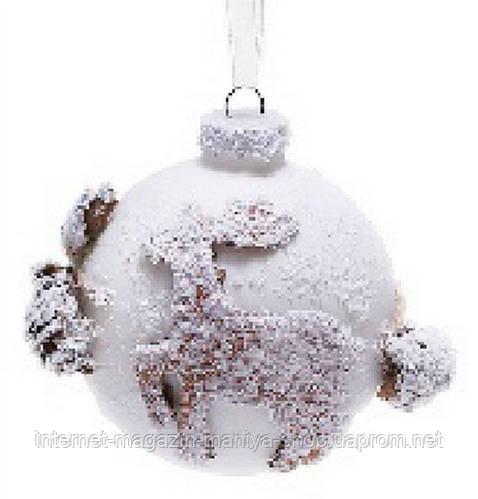 Елочный шар с декором из природных материалов в виде оленя