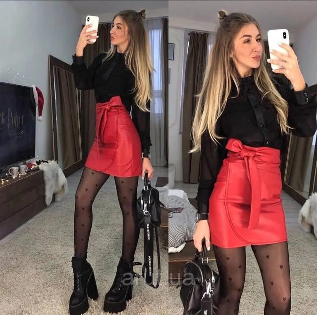 женская красная юбка на запах из эко-кожи