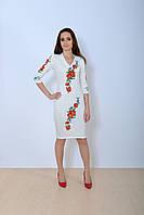 Нарядное платье в белом цвете украшено вышитыми маками