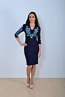 Модное платье приталенного с четвертным рукавом украшено роскошным букетом маков