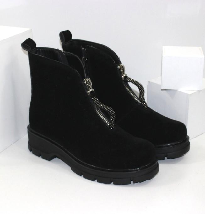 Демисезонные женские ботинки черные из натуральной замши на молнии на фасаде