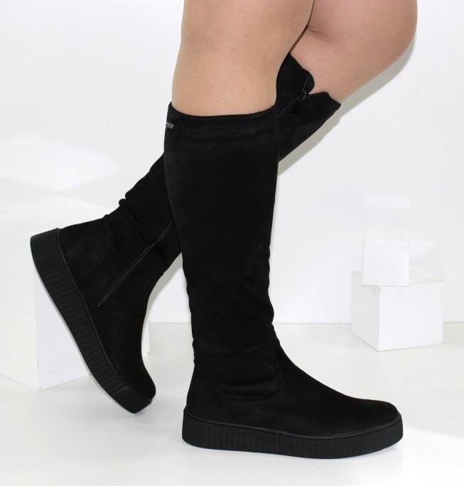 Демисезонные женские высокие сапоги черного цвета на платформе
