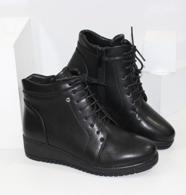 Демисезонные женские ботинки черного цвета на танкетке