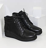 Демисезонные женские ботинки черного цвета на танкетке, фото 3