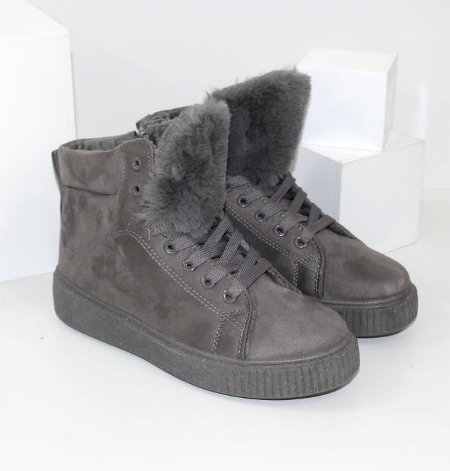 Демисезонные женские замшевые ботинки серого цвета