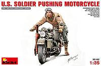Американский солдат толкающий мотоцикл 1/35