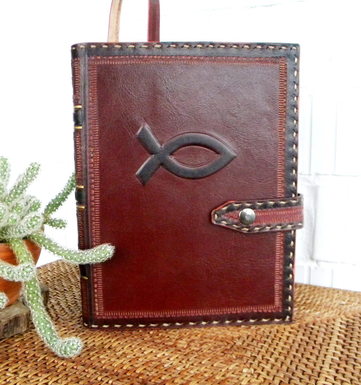 Обложка кожаная на кнопочной застежке  книги библия ручная работа оригинальный подарок