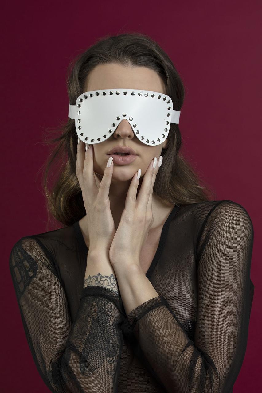 Маска на глаза с заклепками Feral Feelings - Blindfold Mask, натуральная кожа, белая