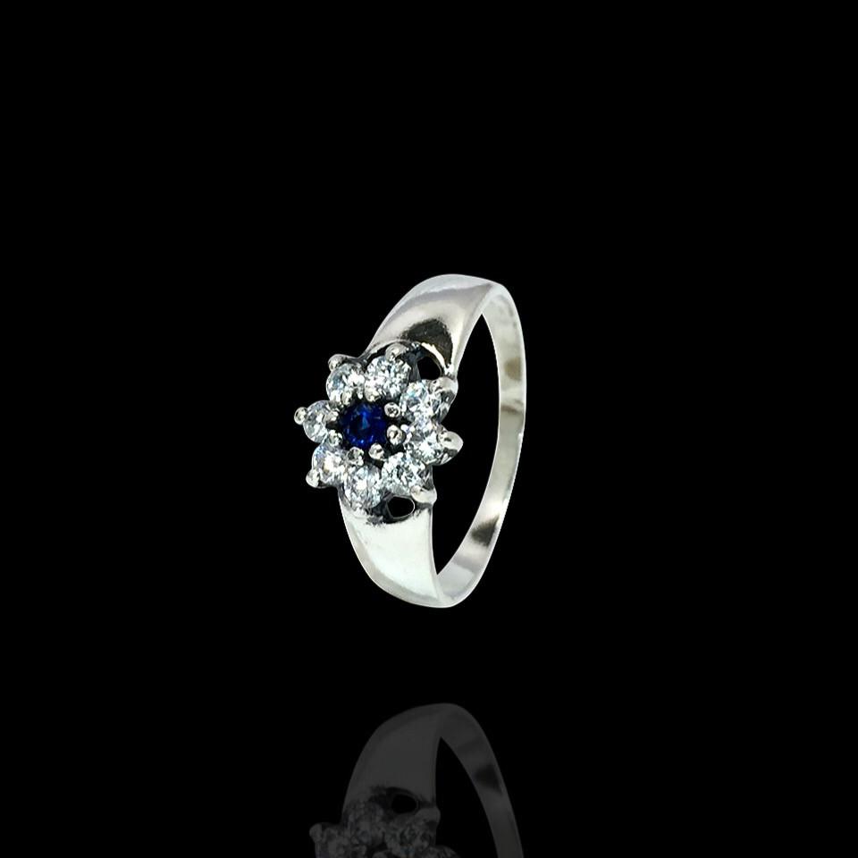 Изящное кольцо с фианитами в форме цветка