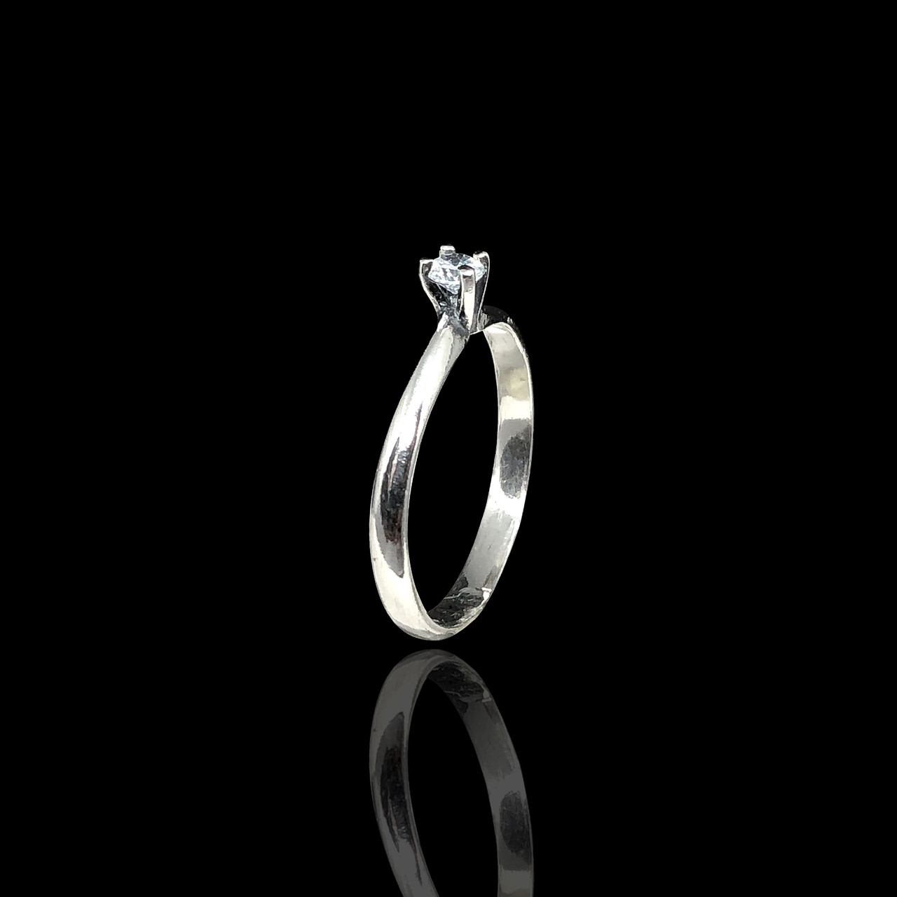 Серебряное кольцо с камушком
