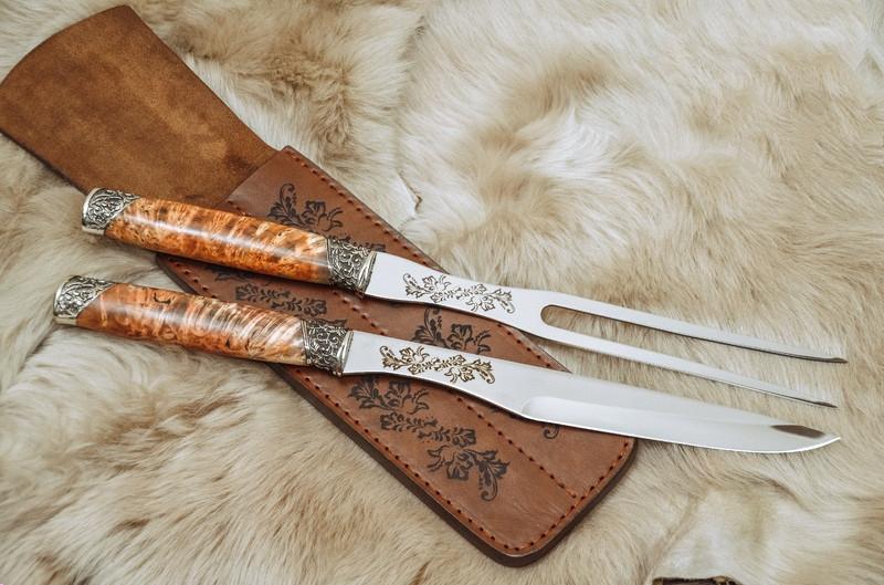 """Оригиналный набор аксессуаров для гриля """"В подарок куму"""", с вилкой и ножом в кожаном чехле"""