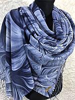 Женский синий палантин с красивым рисунком и бахромой