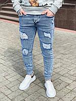 Модные мужские джинсы голубые рваные узкие