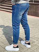Модные мужские джинсы синие потертые