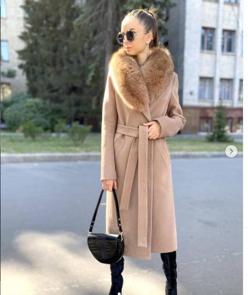 Довге тепле зимове пальто з хутряним коміром