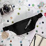 Стильная женская черная сумка бананка с черно-белой лентой поясная, через плечо матовая экокожа, фото 3
