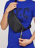 Стильная женская черная сумка бананка с черно-белой лентой поясная, через плечо матовая экокожа, фото 5