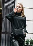 Стильная женская черная сумка бананка с черно-белой лентой поясная, через плечо матовая экокожа, фото 8