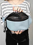 Стильная женская черная сумка бананка с черно-белой лентой поясная, через плечо матовая экокожа, фото 10