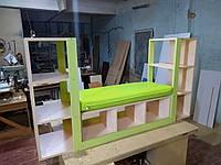 Детский Шкаф для Книг и Игрушек в детский сад и комнату с открытыми полками и диванчиком DS-021