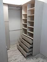 Удобная гардеробная комната светлая
