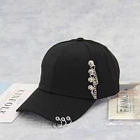 Крутая черная кепка с кольцами на козырьке