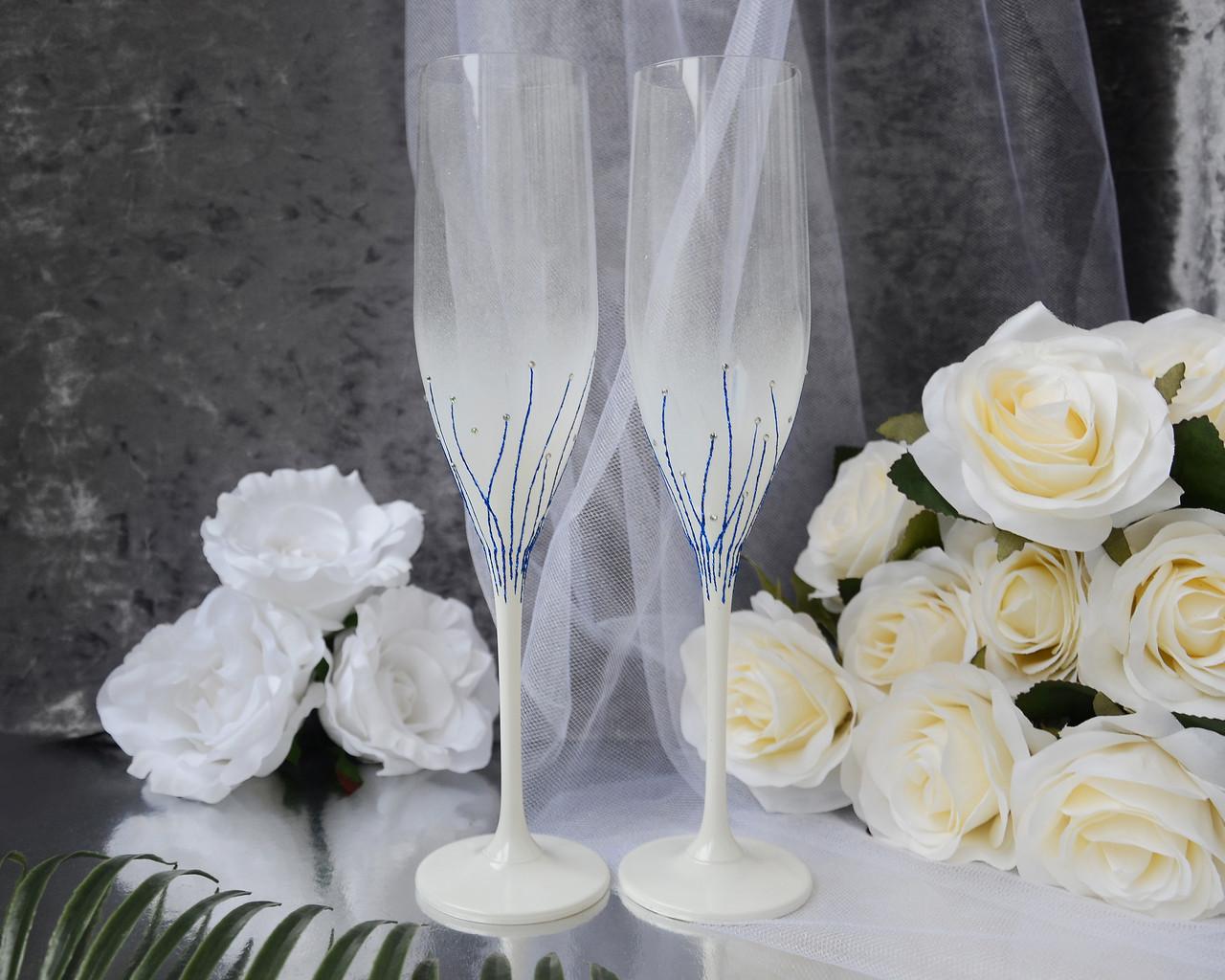Свадебные бокалы с элементами декора синего цвета