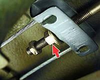 Замена троса ручного тормоза (одна сторона)