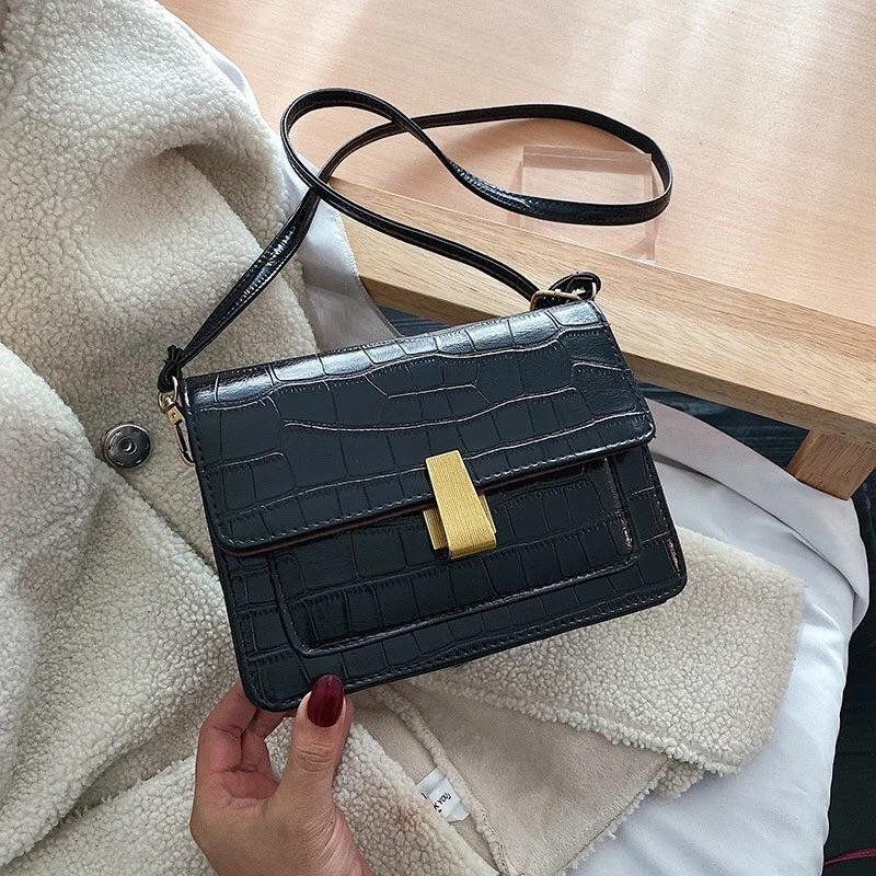 Женская классическая сумка на ремешке через плечо рептилия черная