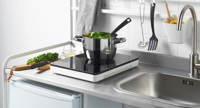 Индукционная плитка впишется в любой интерьер маленькой кухни и гостиничных номеров!