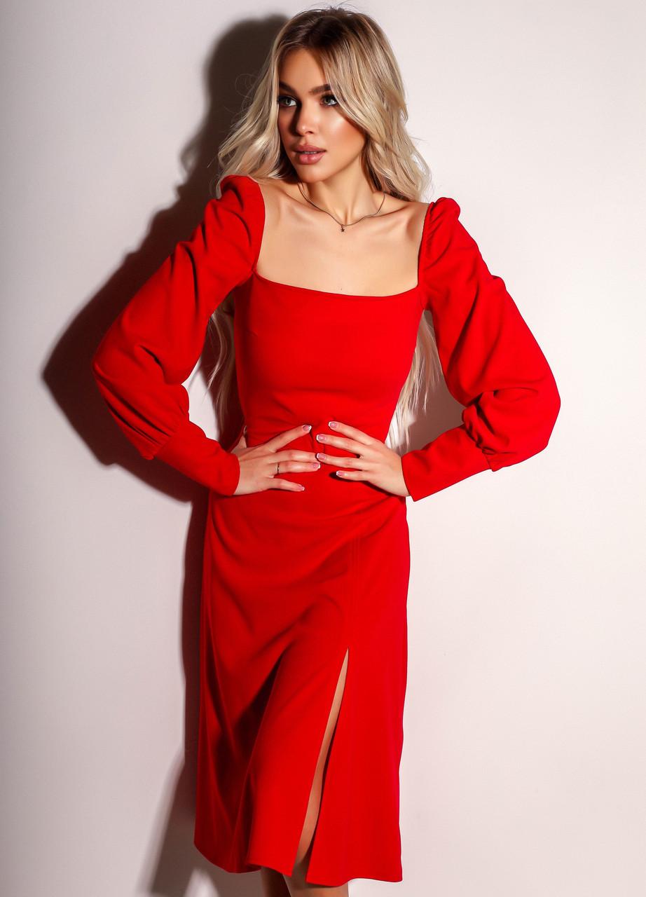 Элегантное красное платье с разрезом