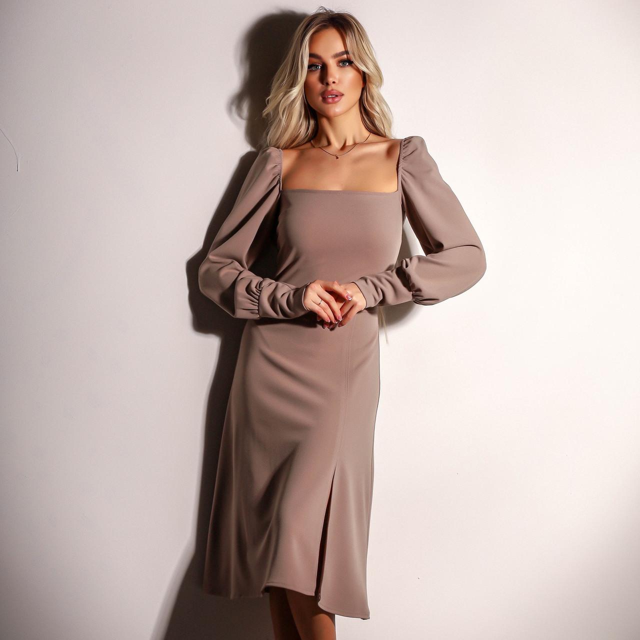 Элегантное бежевое платье с разрезом