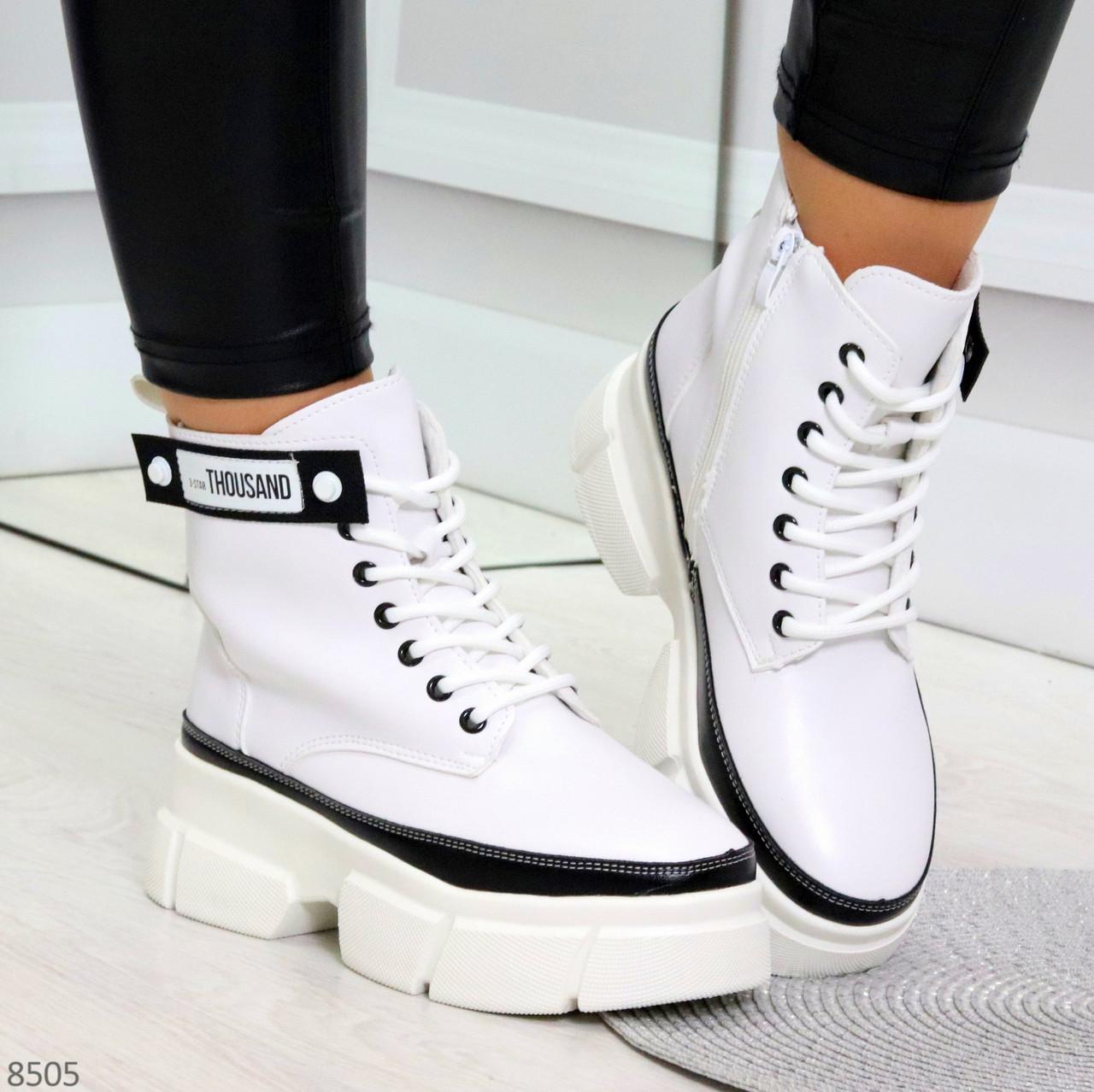Молодежные яркие белые удобные женские ботинки с черным декором