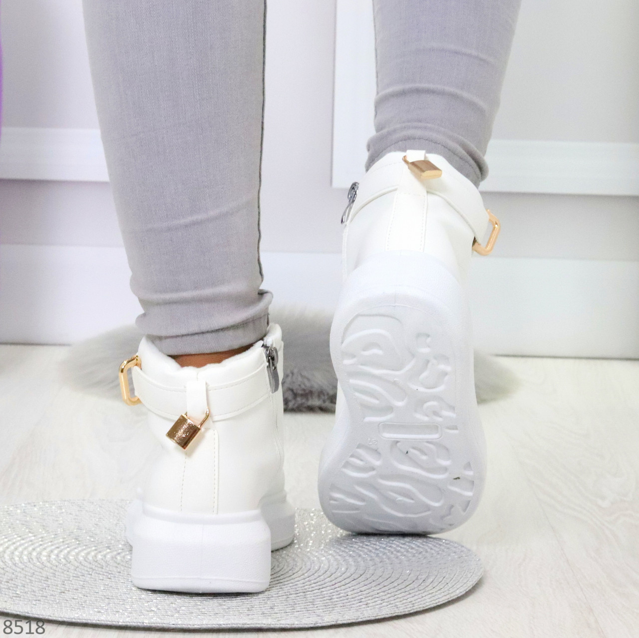 Белые женские кроссовки на флисе с ремешком на щиколотке и навесными замочками