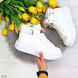 Белые женские кроссовки на флисе с ремешком на щиколотке и навесными замочками, фото 2