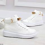 Белые женские кроссовки на флисе с ремешком на щиколотке и навесными замочками, фото 3