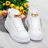 Белые женские кроссовки на флисе с ремешком на щиколотке и навесными замочками, фото 4