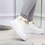 Белые женские кроссовки на флисе с ремешком на щиколотке и навесными замочками, фото 5