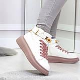 Белые розовые кроссовки на флисе с ремешком на щиколотке и навесными замочками, фото 4